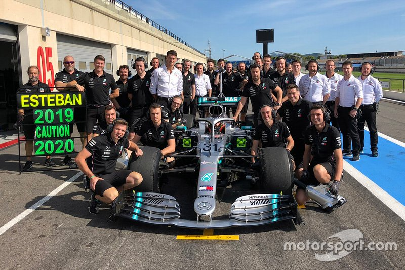 Esteban Ocon, Mercedes AMG F1 with the team members