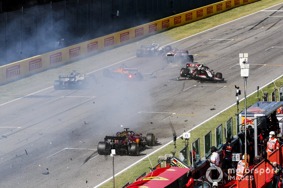 Carlos Sainz Jr., McLaren MCL35, Antonio Giovinazzi, Alfa Romeo Racing C39 and Kevin Magnussen, Haas VF-20 crash