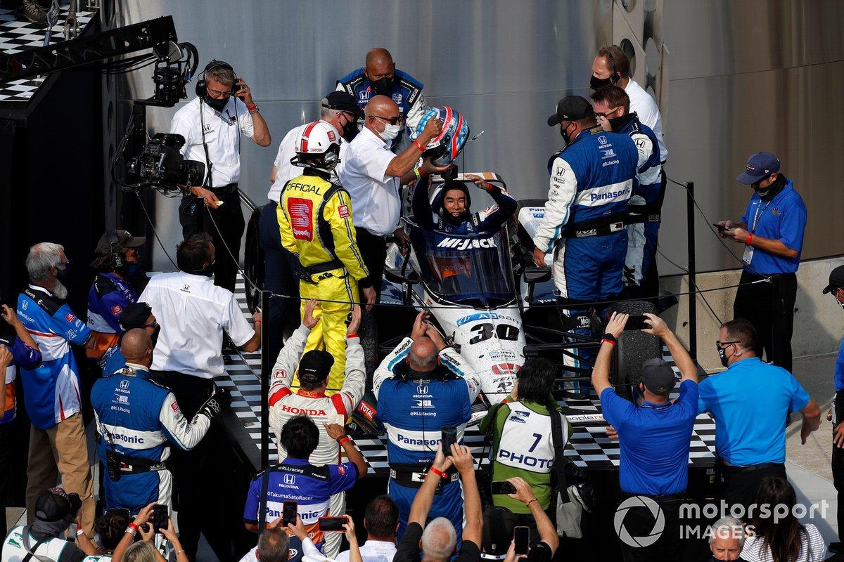 Takuma Sato, Rahal Letterman Lanigan Racing Honda lo celebra con su equipo