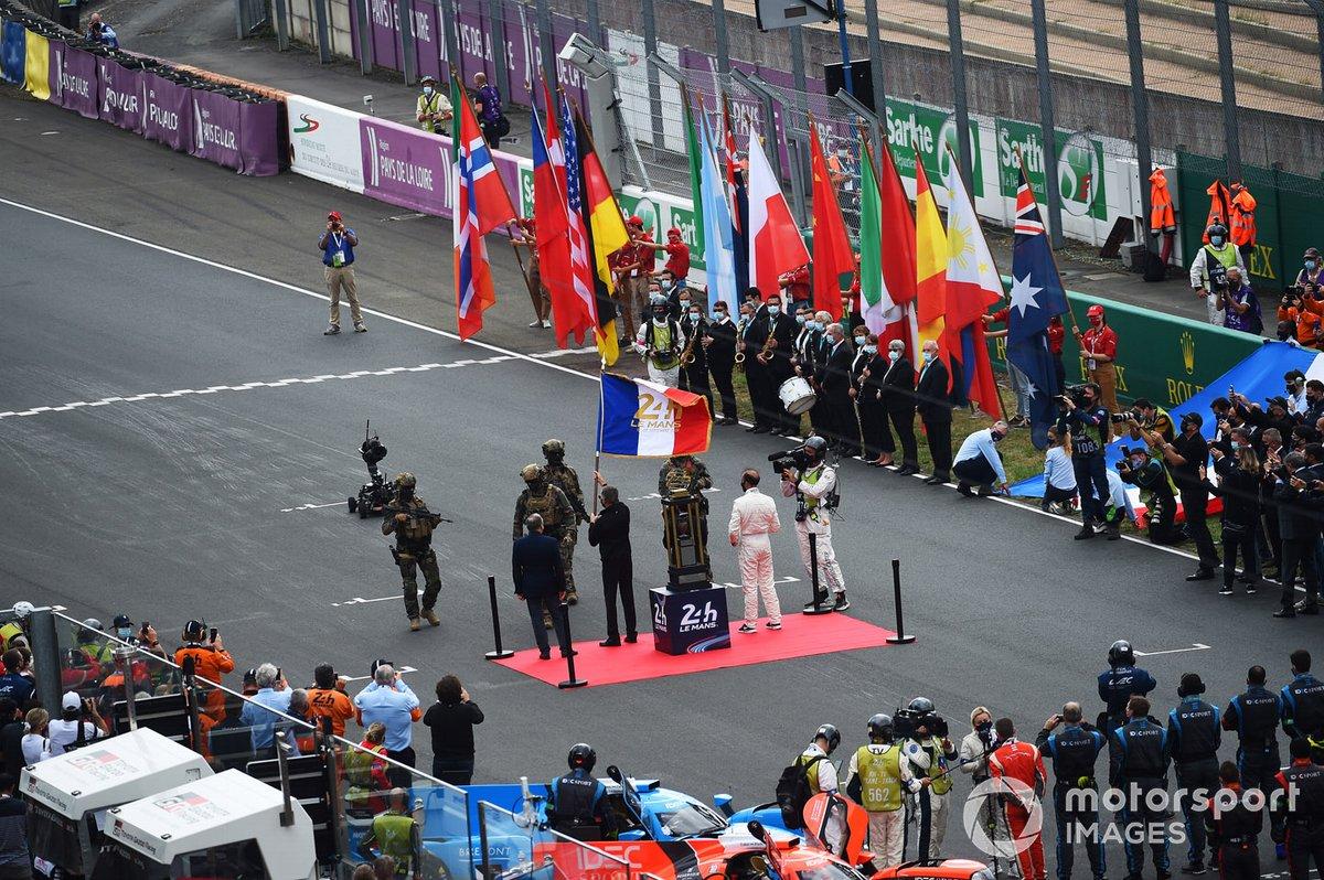 Carlos Tavares ondea la bandera de las 24 horas de Le Mans entregada por el ejército francés