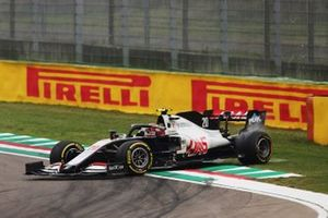 Kevin Magnussen, Haas VF-20, spins on the way to the grid