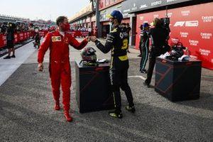 Sebastian Vettel, Ferrari, si congratula con Daniel Ricciardo, Renault F1, 3° posto, nel parco chiuso