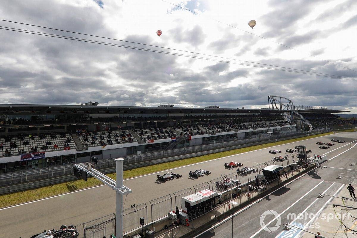 Valtteri Bottas, Mercedes F1 W11, Lewis Hamilton, Mercedes F1 W11, en la primera curva