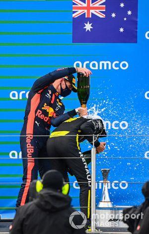 Podio: el segundo lugar Max Verstappen, Red Bull Racing, y tercer lugar Daniel Ricciardo, Renault F1