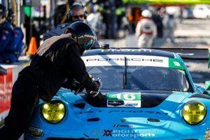 #16 Wright Motorsports Porsche 911 GT3 R, GTD: Ryan Hardwick, Patrick Long, Jan Heylen, pit stop, crew