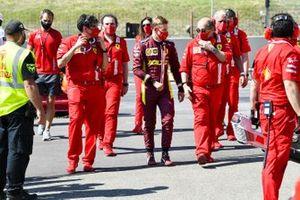 Mick Schumacher parle avec du personnel Ferrari
