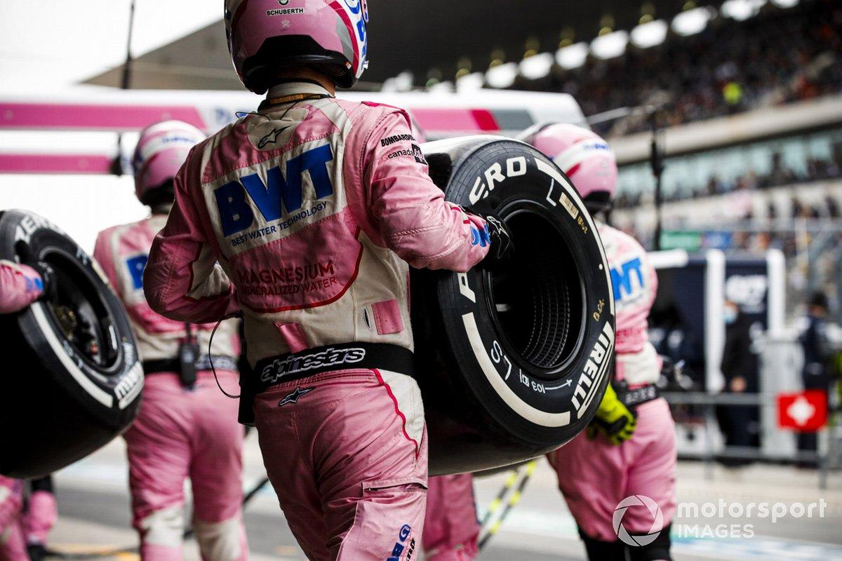 El mecánico de Racing Point con el neumático Pirelli