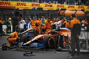 Mecánica en la parrilla con el coche de Carlos Sainz Jr., McLaren MCL35