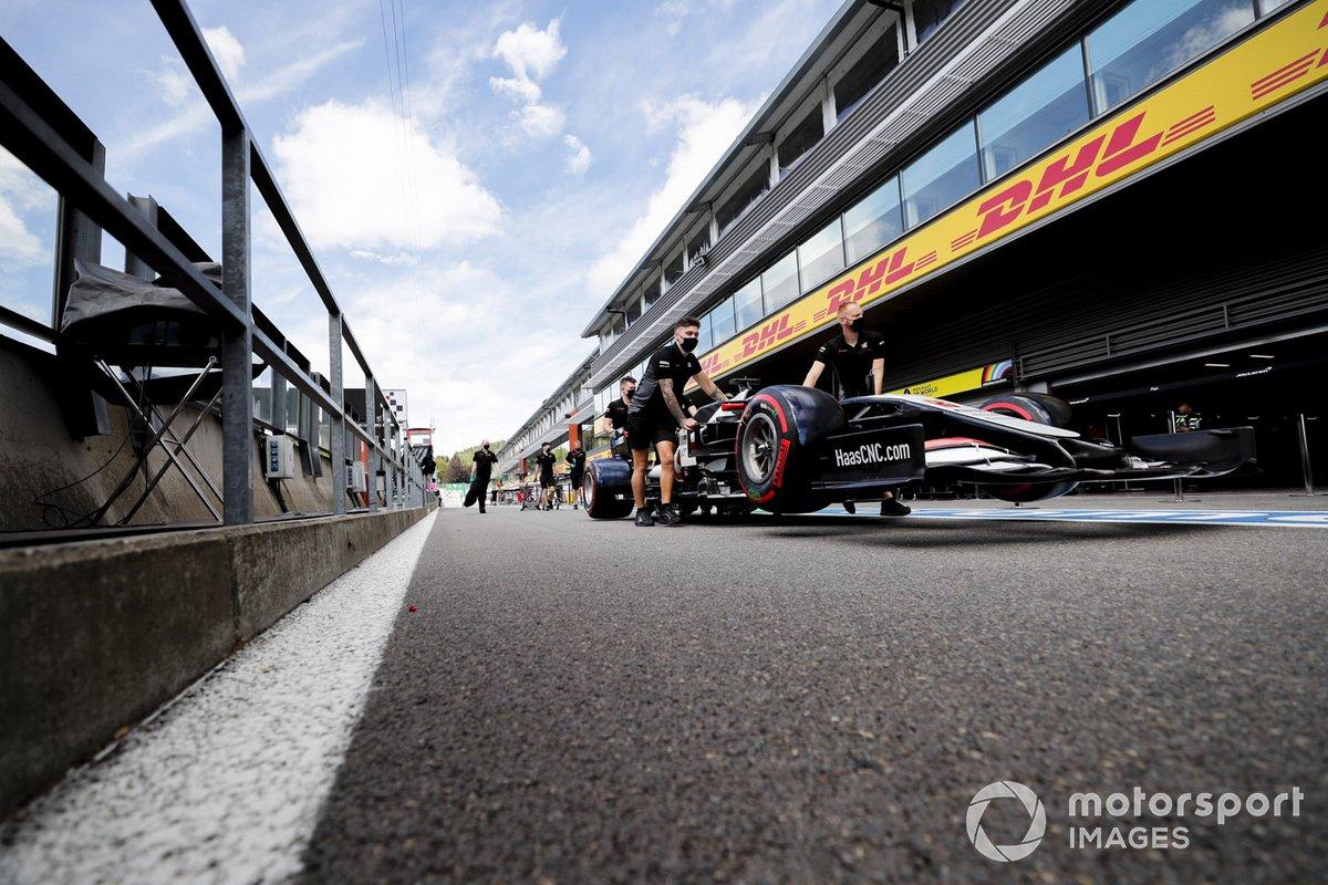 Mecánicos de Haas empujan el VF-20 de Haas en el pit lane