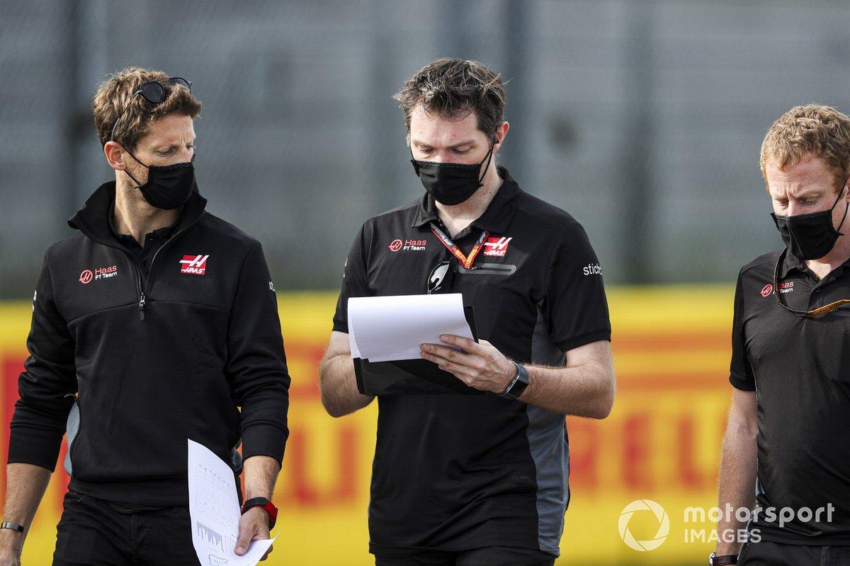 Romain Grosjean, Haas F1, recorre Imola con sus compañeros