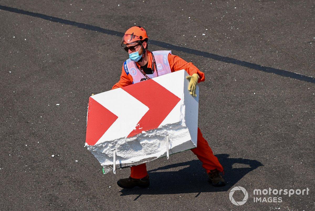 Marshal sistemano la barriera dopo l'incidente di Sebastian Vettel, Ferrari SF1000