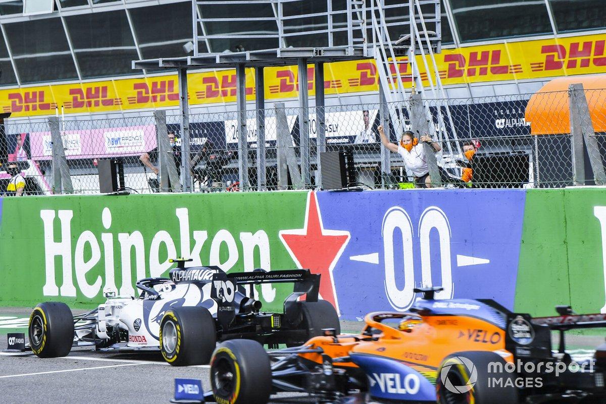 Pierre Gasly, AlphaTauri AT01, 1er puesto, gana por delante de Carlos Sainz Jr., McLaren MCL35, 2º puesto