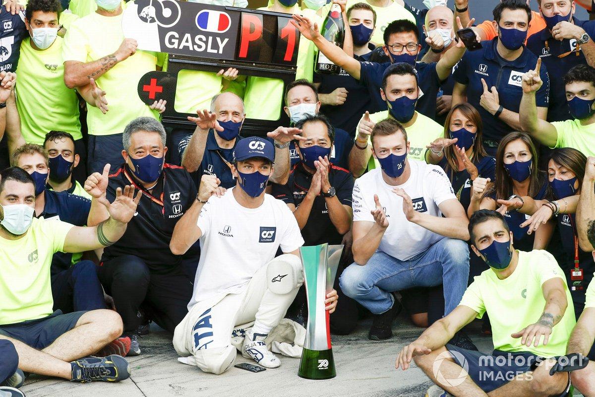 Masashi Yamamoto, Director General de Honda Motorsport, Franz Tost, Director de Equipo, AlphaTauri, Toyoharu Tanabe, Director Técnico de F1, Honda, Daniil Kvyat, AlphaTauri, Pierre Gasly, AlphaTauri, 1ª posición, y el equipo AlphaTauri celebran la victoria después de la carrera