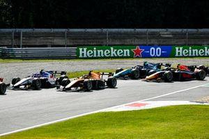 Pedro Piquet, Charouz Racing System et Jack Aitken, Campos Racing au départ de la course