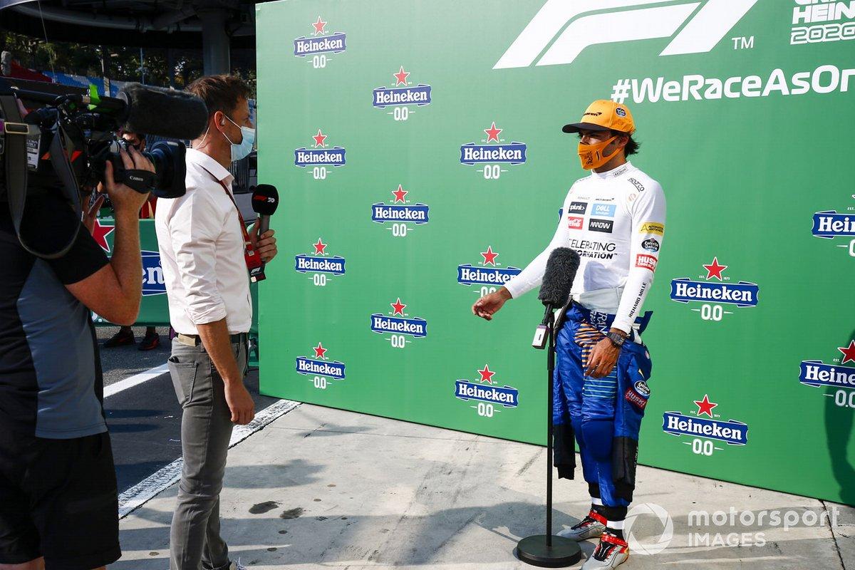 Carlos Sainz Jr., McLaren, 2º puesto, entrevistado por Jenson Button, SKY TV