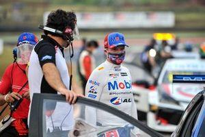 Rubens Barrichello conversa com Maurício Ferreira antes de corrida em Cascavel