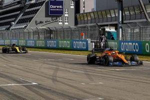 Carlos Sainz Jr., McLaren MCL35, Esteban Ocon, Renault F1 Team R.S.20