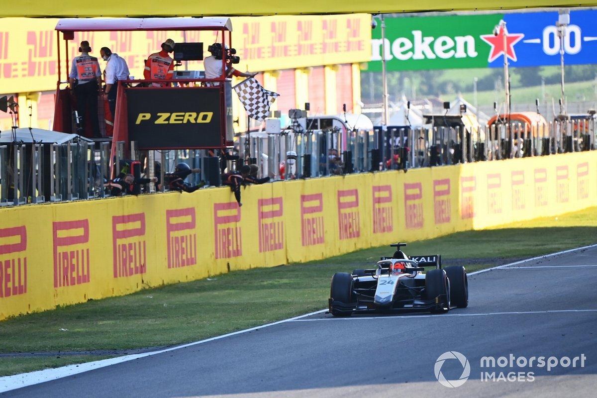 Nikita Mazepin, Gran Premio Hitech, toma la bandera a cuadros para la victoria