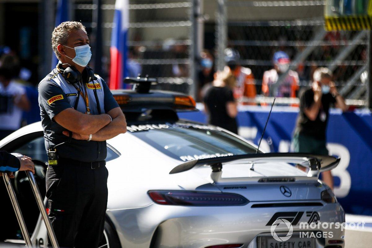 Mario Isola, director de carreras de Pirelli Motorsport, en la parrilla de salida