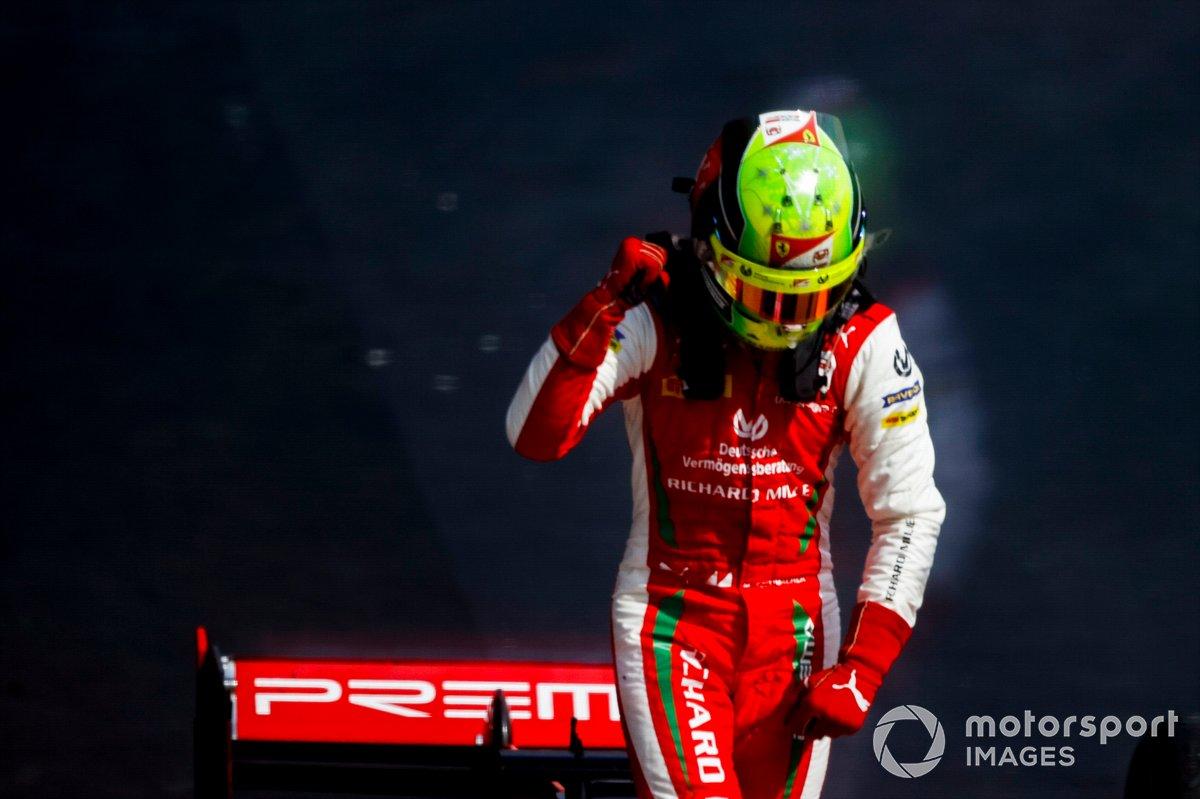 Il vincitore della gara Mick Schumacher, Prema Racing festeggia nel parco chiuso