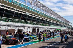 Le auto schierate in pitlane prima della gara