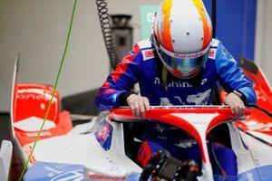 Alex Lynn, Mahindra Racing, M7Electro, climbs into his car