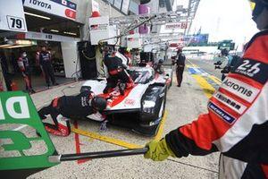 #8 Toyota Gazoo Racing Toyota GR010 - Hybrid Hypercar, Sébastien Buemi, Kazuki Nakajima, Brendon Hartley pitstop