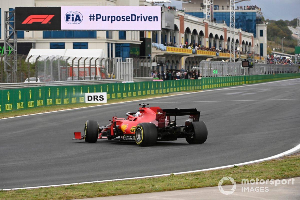 Charles Leclerc, Ferrari SF21, torna in pista dopo il testacoda