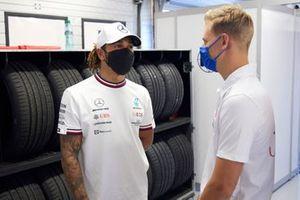 Lewis Hamilton, Mercedes, praat met Mick Schumacher, Haas F1