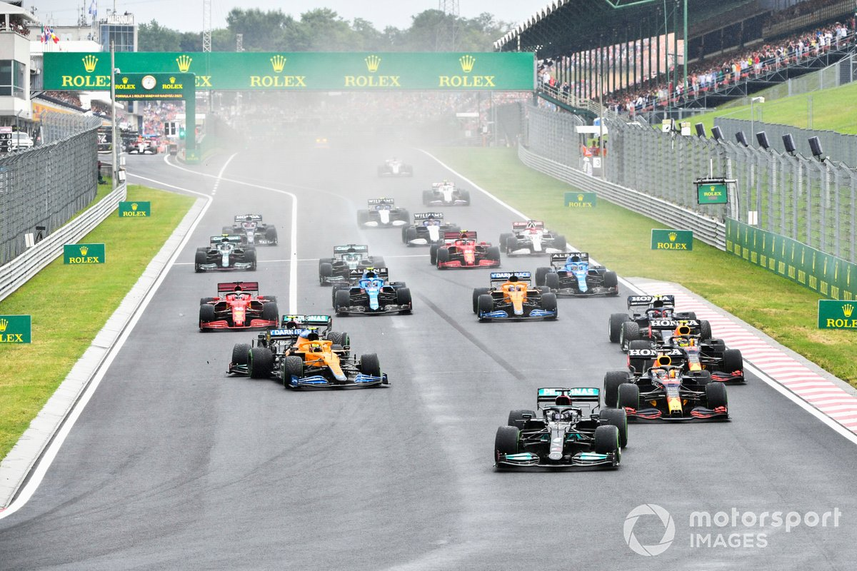 Lewis Hamilton, Mercedes W12, Max Verstappen, Red Bull Racing RB16B, Sergio Perez, Red Bull Racing RB16B, mentre Valtteri Bottas, Mercedes W12, recupera Lando Norris, McLaren MCL35M, e si blocca alla partenza