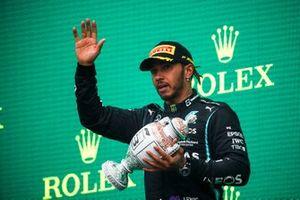 Le troisième Lewis Hamilton, Mercedes, 3avec son trophée