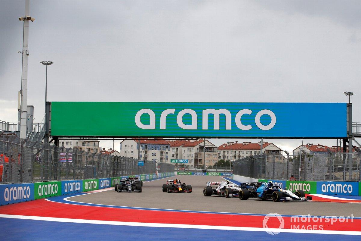 Nicholas Latifi, Williams FW43B, Mick Schumacher, Haas VF-21, e Max Verstappen, Red Bull Racing RB16B