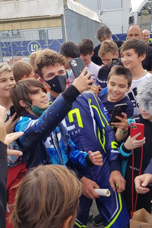 Lando Norris fa un selfie con un fan