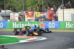 Juri Vips, Hitech Grand Prix, in gevecht met Guanyu Zhou, Uni-Virtuosi Racing