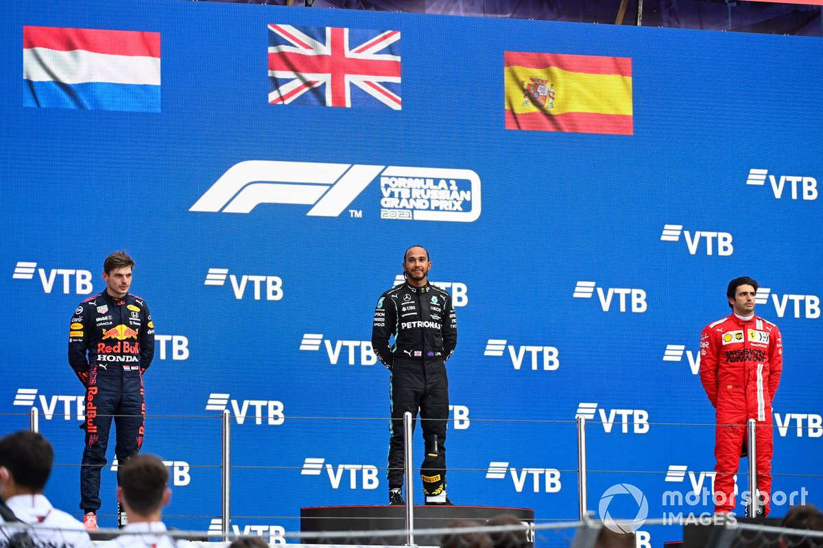 Max Verstappen, Red Bull Racing, secondo classificato, Lewis Hamilton, Mercedes, primo classificato, e Carlos Sainz Jr, Ferrari, terzo classificato, sul podio