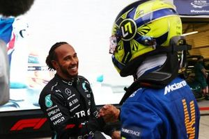Lando Norris, McLaren, felicita a Lewis Hamilton, Mercedes, 1ª posición, en Parc Ferme