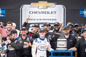 El ganador de la carrera Tate Fogleman, Young's Motorsports, Chevrolet Silverado Traeger Grills en el carril de la victoria