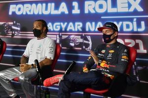 Pole man Lewis Hamilton, Mercedes, and Max Verstappen, Red Bull Racing, in Parc Ferme