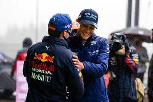 Sergio Perez, Red Bull Racing, feliciteert George Russell, Williams, 2e plaats