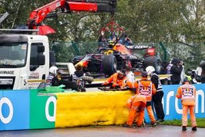 Marshals remove the damaged car of Sergio Perez, Red Bull Racing RB16B, from the circuit