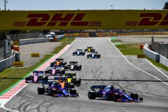 Daniil Kvyat, Toro Rosso STR14, devant Alexander Albon, Toro Rosso STR14, Carlos Sainz Jr., McLaren MCL34, Daniel Ricciardo, Renault R.S.19, Sergio Perez, Racing Point RP19, et Lance Stroll, Racing Point RP19