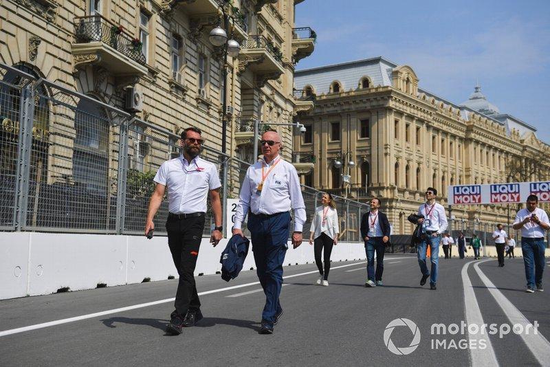 Addetti FIA camminano in pista