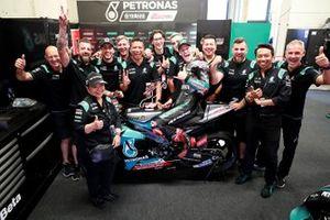 Fabio Quartararo, Petronas Yamaha SRT, célébrant son podium avec son équipe