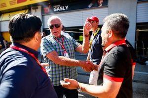 Dietrich Mateschitz, PDG de Red Bull GmbH, et Masashi Yamamoto, manager général de Honda Motorsport, célébrant la victoire