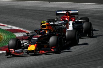 Pierre Gasly, Red Bull Racing RB15, Kimi Raikkonen, Alfa Romeo Racing C38