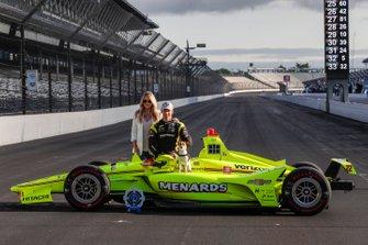 Simon Pagenaud, Team Penske Chevrolet, su novia Hailey McDermott y su perro Norman posan para las fotos de primera fila