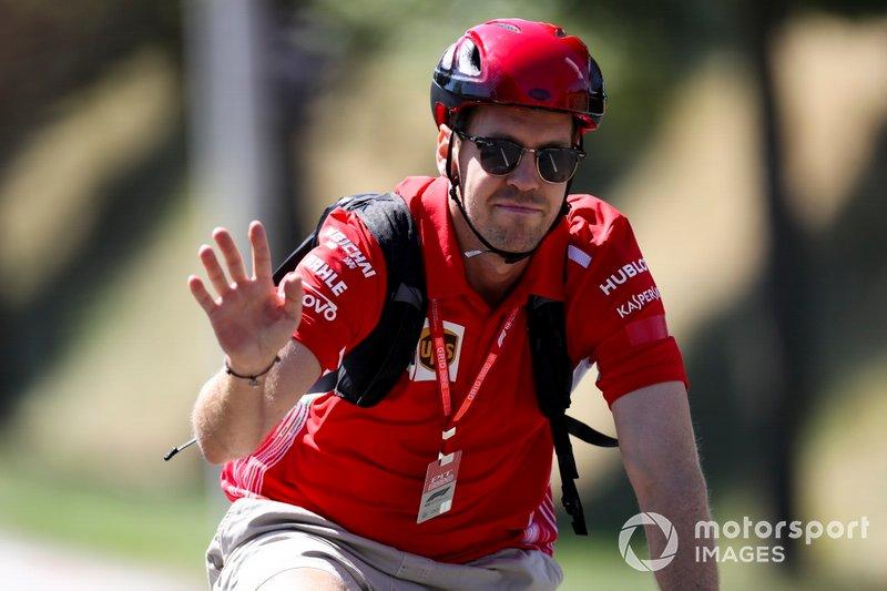 Sebastian Vettel, Ferrari llega en bici