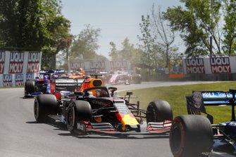 Max Verstappen, Red Bull Racing RB15, en Daniil Kvyat, Toro Rosso STR14