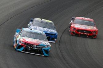 Kyle Busch, Joe Gibbs Racing, Toyota Camry M&M's Hazelnut and William Byron, Hendrick Motorsports, Chevrolet Camaro Hendrick Autoguard
