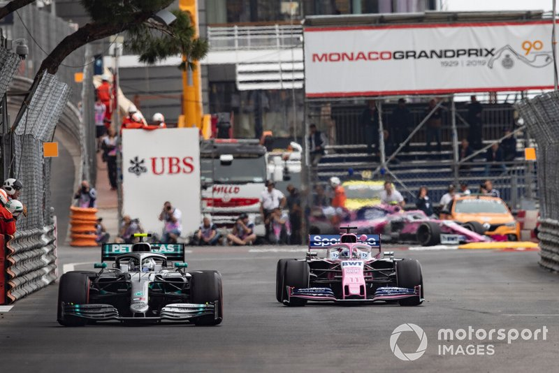 Valtteri Bottas, Mercedes AMG W10, devant Sergio Perez, Racing Point RP19